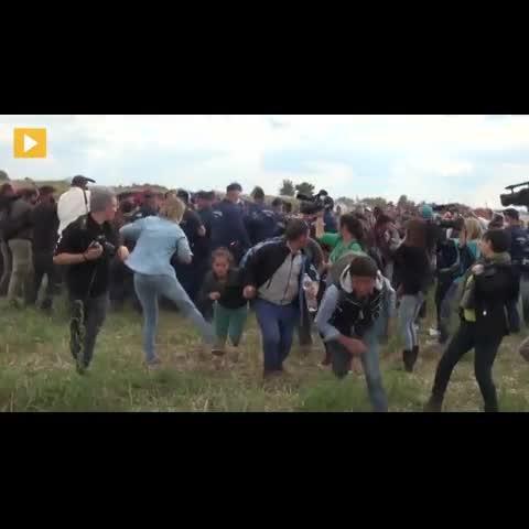 Una reportera húngara agrede a diversos niños sirios