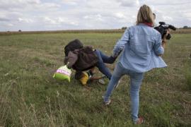 La reportera húngara que pateó a varios inmigrantes pide perdón