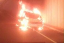 Espectacular incendio de un coche en la autovía del aeropuerto