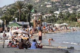 El Ayuntamiento de Vila iza la bandera roja en la zona norte de la playa de Talamanca