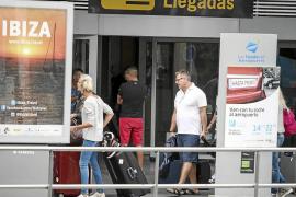 'Piratas' del taxi burlan cada día la ley para recoger turistas en el aeropuerto de Eivissa