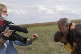 Periodista húngara ponienzo zancadilla a refugiados sirios