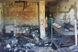 Un incendio en un apartamento de Es Canar se salda con la vida de un perro
