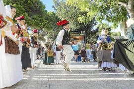 'Orelletes' y claveles para los turistas de Portinatx