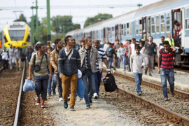 Miles de refugiados salen de Croacia a Hungría para pasar luego a Austria