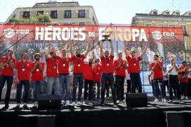 Miles de aficionados reciben en Madrid a los campeones de Europa