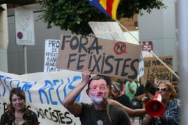 Decenas de manifestantes suspenden el  paseo de Rajoy en Reus al grito de 'Independència'