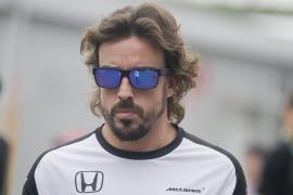 Alonso: «Ves cómo cometen errores, pero en la recta te adelantan. Es frustrante, pero es lo que toca este año»