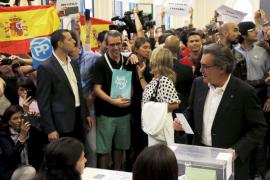 Simpatizantes de Vox irrumpen en la votación de Mas