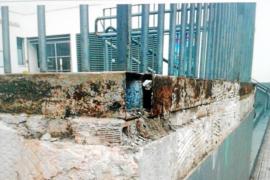 Grietas en una pared, baños inundados y baldosas rotas en el colegio de Sa Graduada