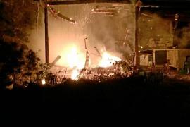 Un incendio quema una caravana y una zona de sabinar en Formentera