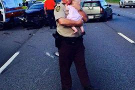 La imagen de un policía consolando a un bebé tras un accidente se hace viral