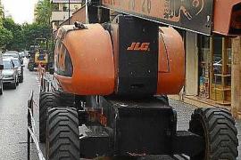 Una grúa elevadora golpea un camión en Vila