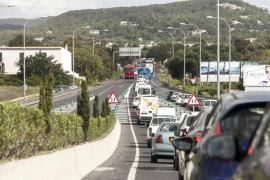 Las obras viarias en la carretera de Santa Eulària provocan largas retenciones
