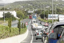 Atasco kilométrico en la carretera de Santa Eulària por obras de mejora