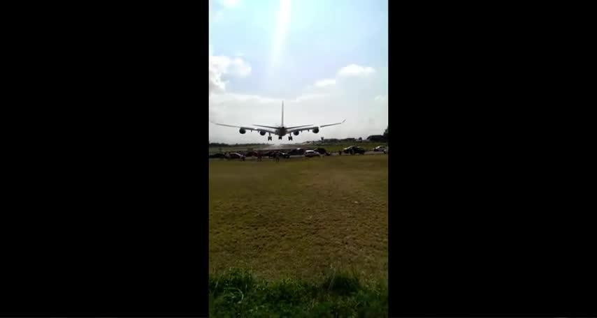Impresionante aterrizaje de un avión en Costa Rica