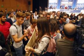 Un grupo de estudiantes irrumpe en una conferencia de Felipe González al grito de «fascistas»