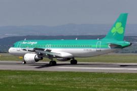 Un pasajero muere en un avión tras morder a otro