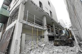 Las excavadoras derriban el interior de la antigua Delegación de Gobierno
