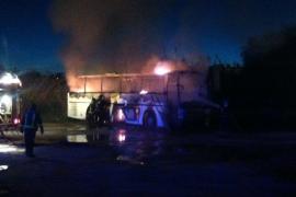 VÍDEO: Un incendio quema un autobús y un contenedor en Vila