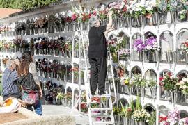 Centenares de personas recuerdan y visitan a sus difuntos en Tots Sants