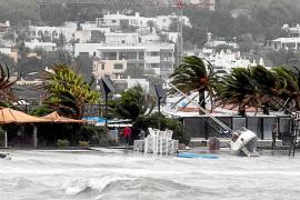 VÍDEO: El  mal tiempo causa destrozos en Eivissa