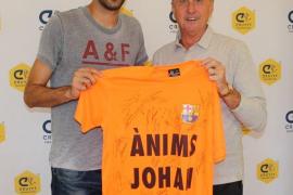 Cruyff muestra en Twitter una camiseta de apoyo firmada por la plantilla del Barça