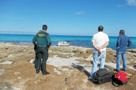 VÍDEO: La Guardia Civil detiene a tres inmigrantes llegados en una patera a es Caló de Formentera