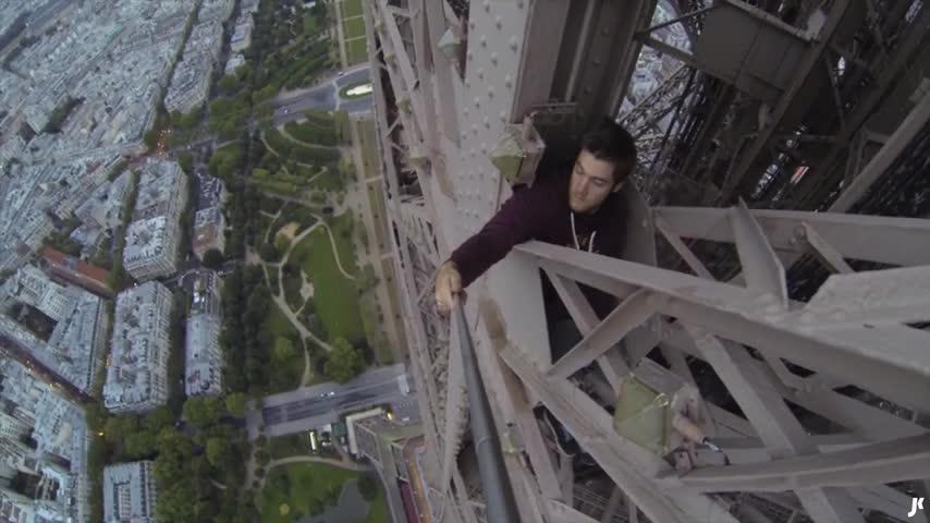 Un joven burla la seguridad y escala la Torre Eiffel