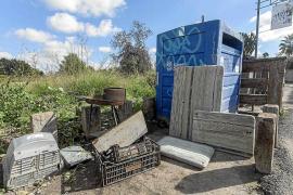 Quejas vecinales por la acumulación de basuras en los contenedores de Sant Antoni