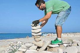 Un grupo de voluntarios devuelve las piedras de es Trucadors a su lugar