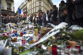 Francia recuerda en minuto de silencio a las victimas de los atentados