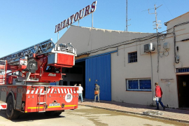 Sobresalto en Can Negre por un fuego declarado en la base de autobuses de la empresa Ibizatours
