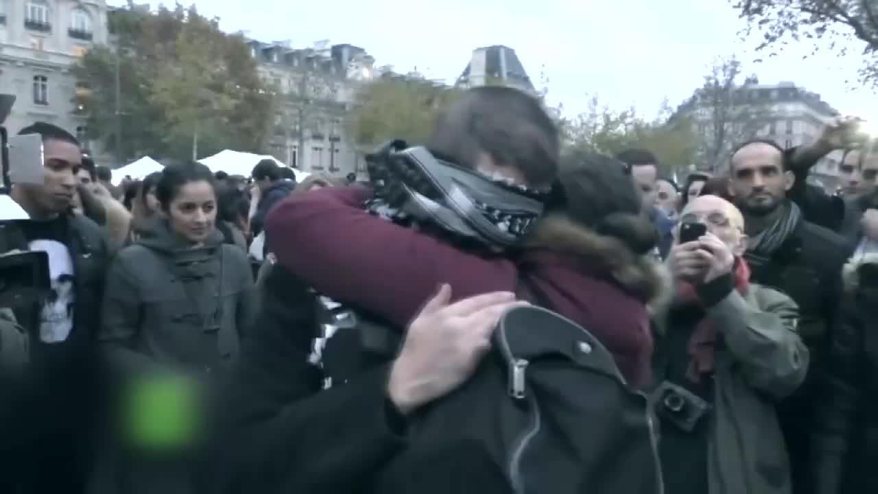 «Soy musulmán, ¿confías en mí?», la frase con la que un joven repartió abrazos en París