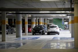 El Parlament instará al Govern a conectar el parking de Can Misses con el interior del hospital
