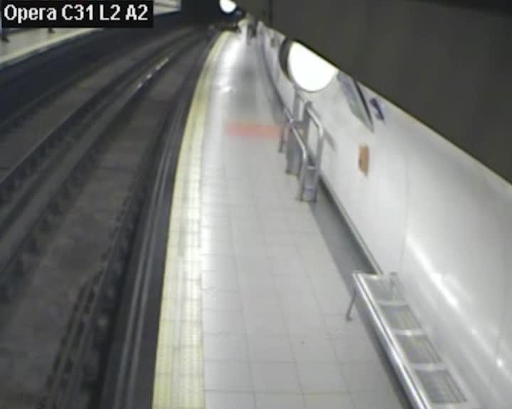 Un policía rescata a un hombre de 81 años que cayó a las vías del metro