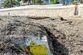 Playa d'en Bossa: dos caras distintas según el municipio al que corresponda