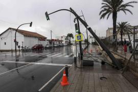 Un poste de la luz y un semáforo a punto de caer en la avenida Santa Eulària de Vila