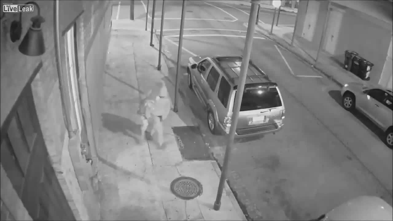 Un vídeo muestra cómo un hombre disparaba a otro que socorría a una mujer en EEUU