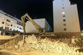 Los escombros inundan el solar de la antigua Delegación del Gobierno
