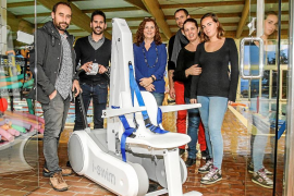 La piscina de Sant Antoni cuenta con una nueva grúa-silla para personas con movilidad reducida