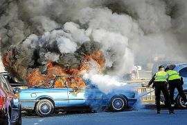 Los bomberos apagan el incendio de un coche que amenazaba a otros dos vehículos