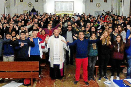 Multitud de jóvenes celebran la víspera de la Inmaculada Concepción en la Catedral
