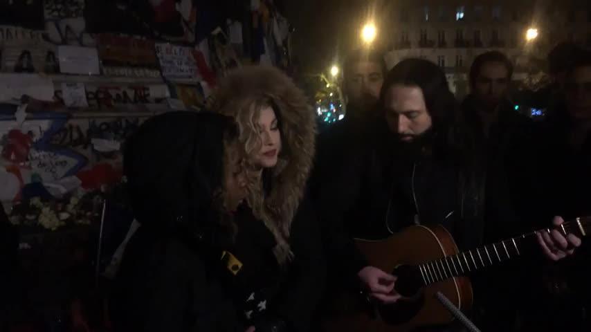 Madonna improvisa un concierto en París en homenaje a las víctimas del 13-N