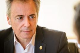 Vicent Serra dimite como conseller por incompatibilidad con su profesión de médico