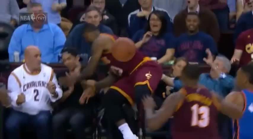 LeBron arrolla a la mujer de Jason Day durante el partido