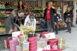 Sa Capelleta se suma a la Navidad colgando cajas de regalos en los árboles