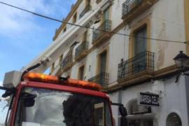 Los bomberos rescatan una gaviota que quedó atrapada en un balcón de Vila