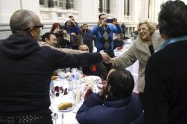 Carmena brinda por la paz con 200 'sintecho' en una cena en Cibeles organizada por una ONG