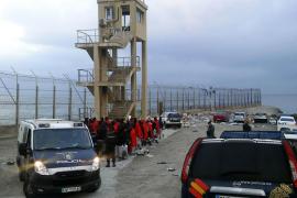Dos muertos en un nuevo asalto a la valla que deja 185 inmigrantes en Ceuta